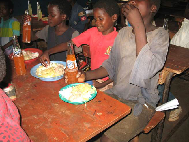 children eating at Maoni